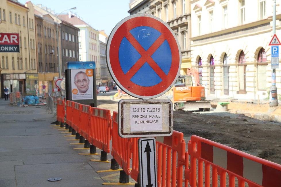 Rekonstrukce Husitské ulice na Žižkově pokračuje, akce drtí místní podnikatele.