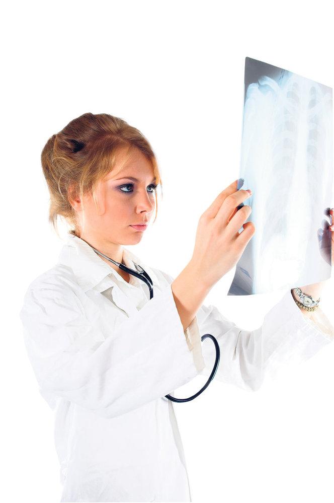 Rakovinou plic jsou ohroženi především kuřáci. Nádory v plících odhalí rentgen, ale už může být pozdě.