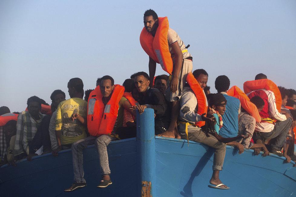 Migranti dál míří přes Středozemní moře