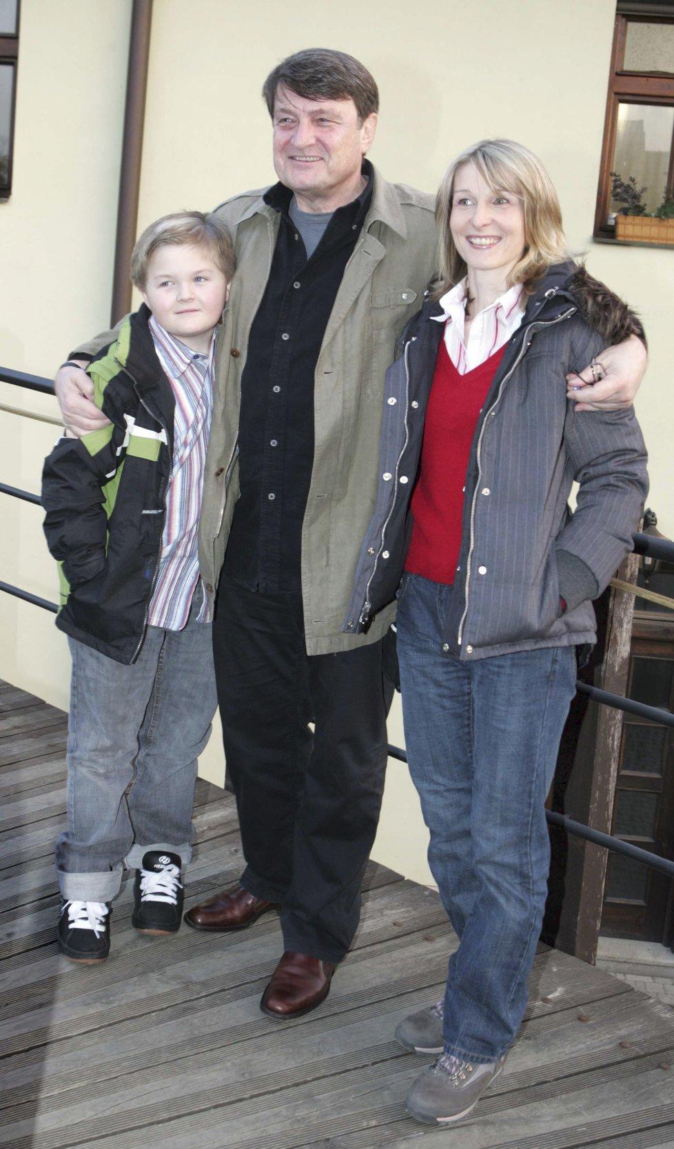 2008 - Ladislav Štaidl s expartnerkou Míšou Novotnou a synem Arturem na oslavě svatby Karla Gotta v Průhonicích