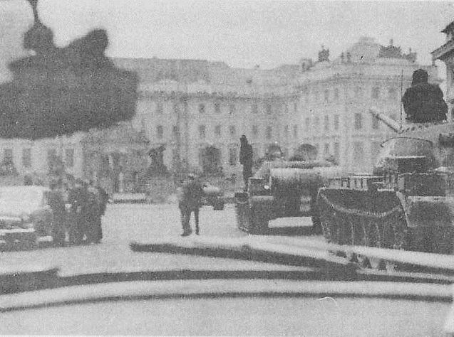 Vojska obsazují Pražský hrad.