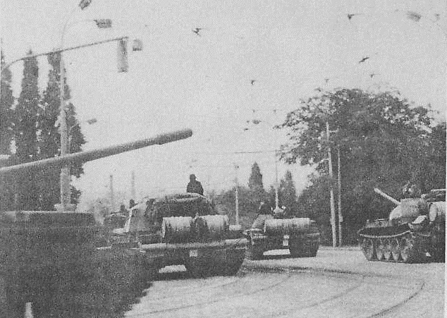 Tanky směřující z ulice Milady Horákové do Svatovítské ulice.