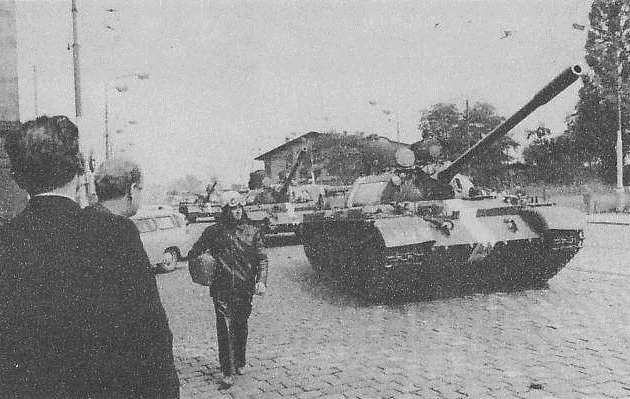 Tanky od Hlávkova mostu na Těšnov (boční kordon kolem ÚV KSČ).
