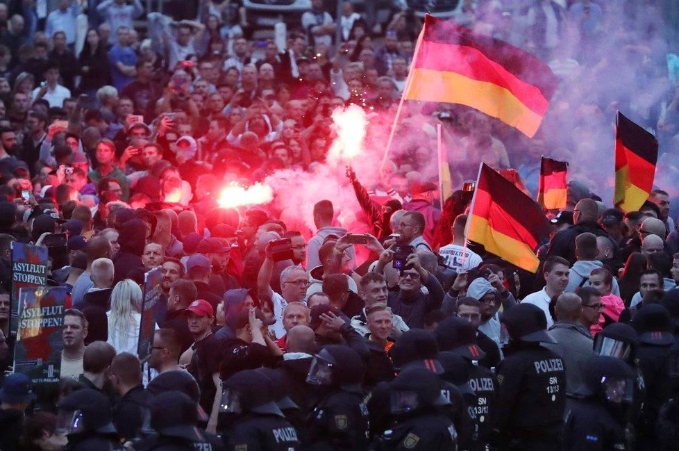 Protesty v Chemnitzu pokračovaly i druhý den po vraždě 35-letého Němce. Střetla se krajní pravice s odpůrci nacionalistů. (27.8.2018)