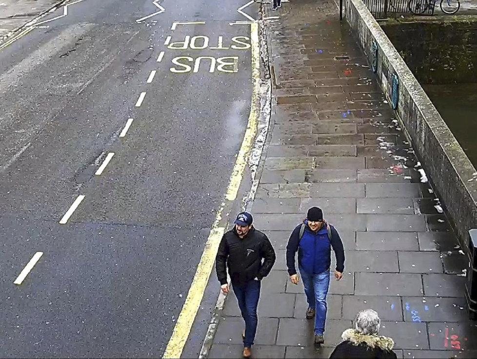 Dvojici Rusů Alexander Petrov a Ruslan Boširov viní Britové z útoku novičokem. Na snímku zachyceni při obhlídce Salisbury.