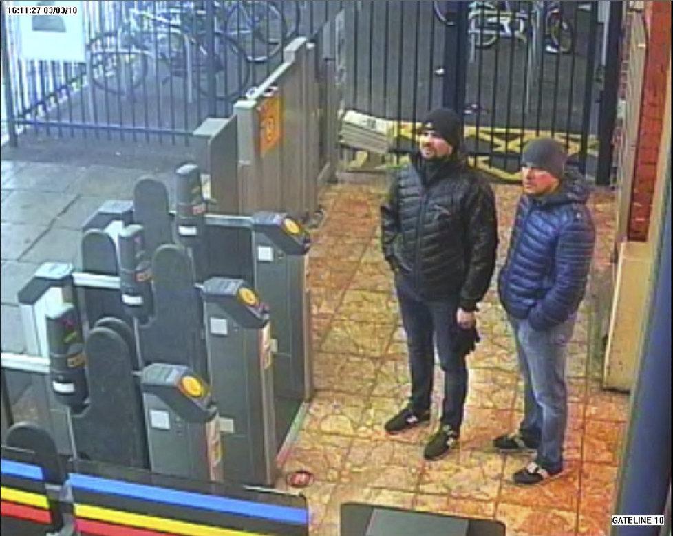 Dvojici Rusů Alexander Petrov a Ruslan Boširov viní Britové z útoku novičokem.