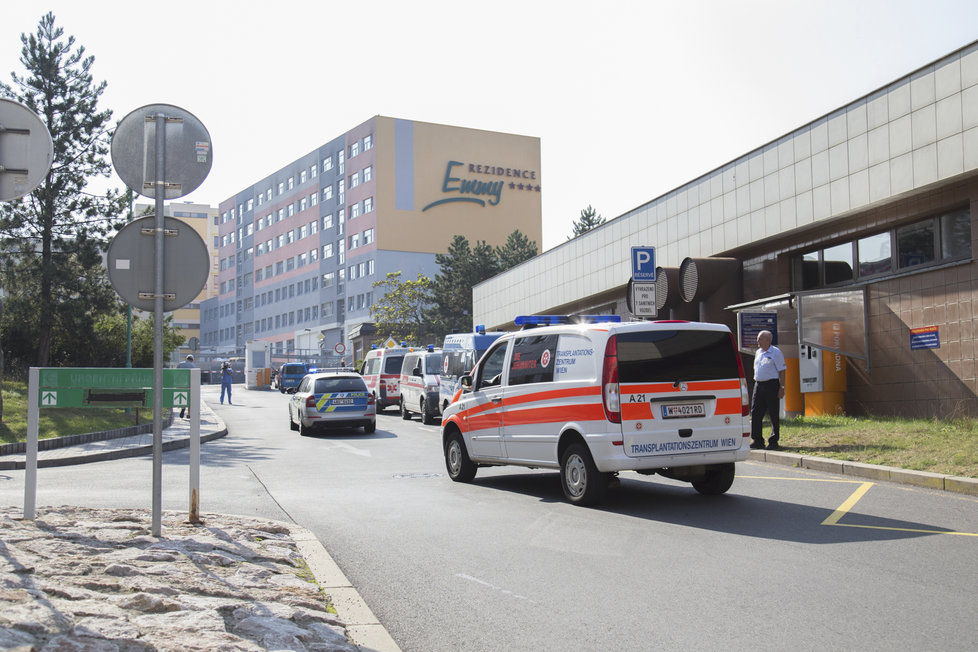 Rakouská sanitka před IKEM v Praze