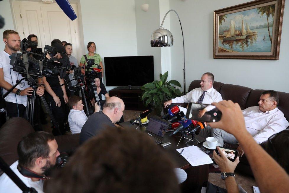 Tiskovou konferenci uspořádal Paroubek ve své pracovně na pražském Smíchově