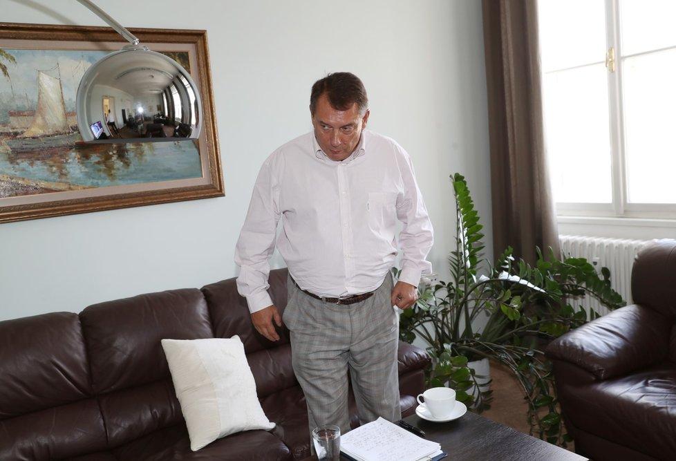 Jiří Paroubek vidí za informacemi o nelegálních penězích svou manželku Petru a také lidi od Zdeňka Bakaly, nebo Milana Chovance a Bohuslava Sobotky