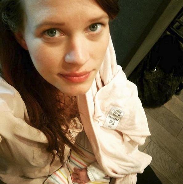 Kristýna Leichtová kojí dcerku Dorotku v kavárně
