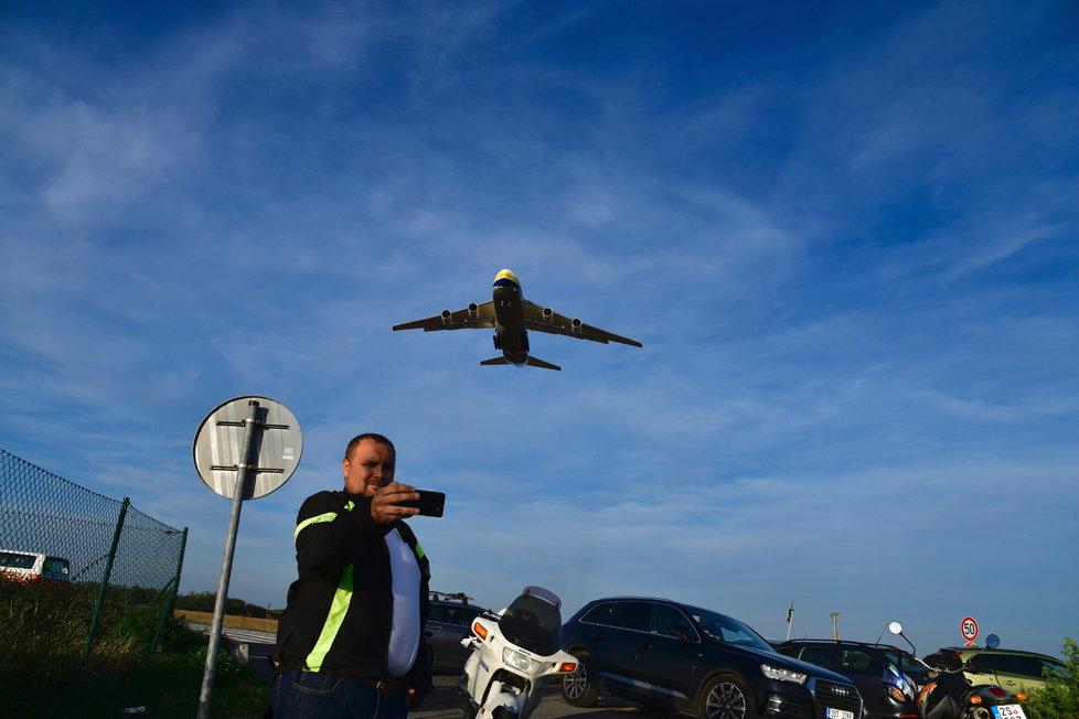 Obří Antonov přistál v Praze, fotili se s ním fanoušci.
