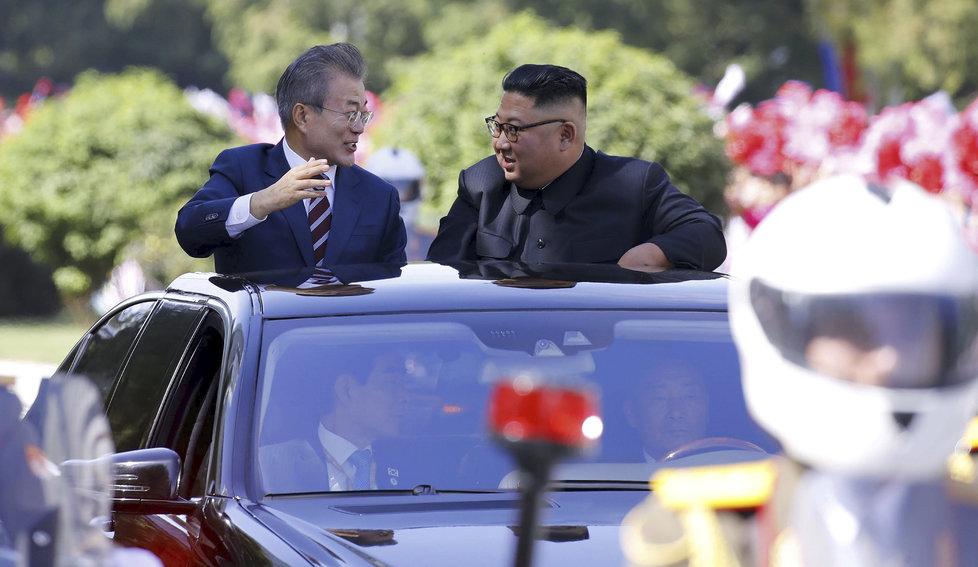 Mun a Kim lidem mávali z jedoucího auta.