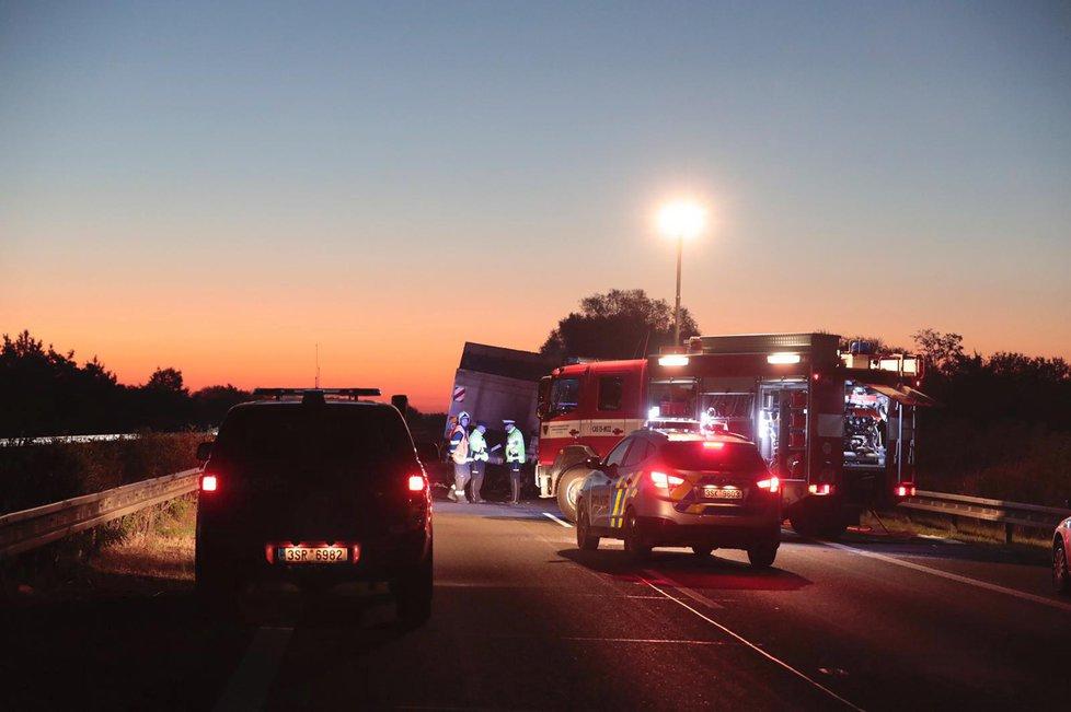 Při srážce dvou vozů na dálnici D11 zemřeli dva lidé.