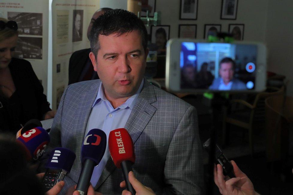 Jan Hamáček dorazil kolem 14:00 do volebního štábu