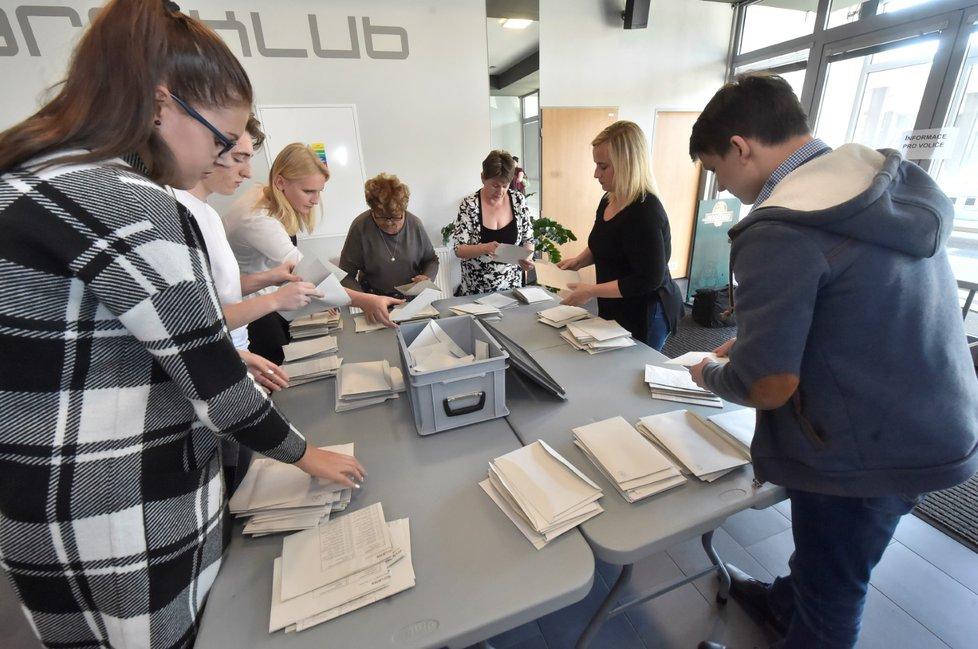 Začátek sčítání hlasovacích lístků v jednom z volebních obvodů