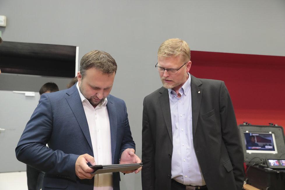 Volby 2018, KDU-ČSL: Místopředseda lidovců Marian Jurečka a jejich předseda Pavel Bělobrádek sledují na tabletu průběžné výsledky