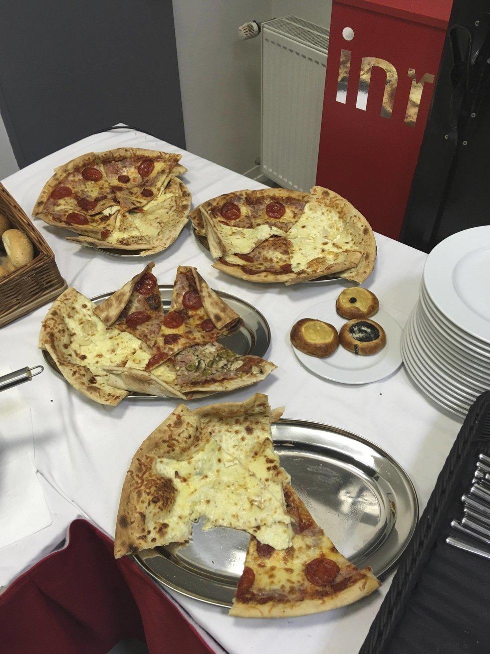 Ve štábu KDU-ČSL došly řízky, lidovci je nahradili pizzou.