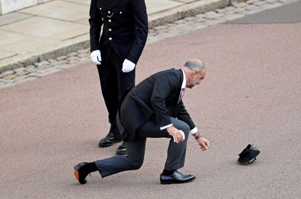 Hosté na svatbě princezny Eugenie bojují s větrem.