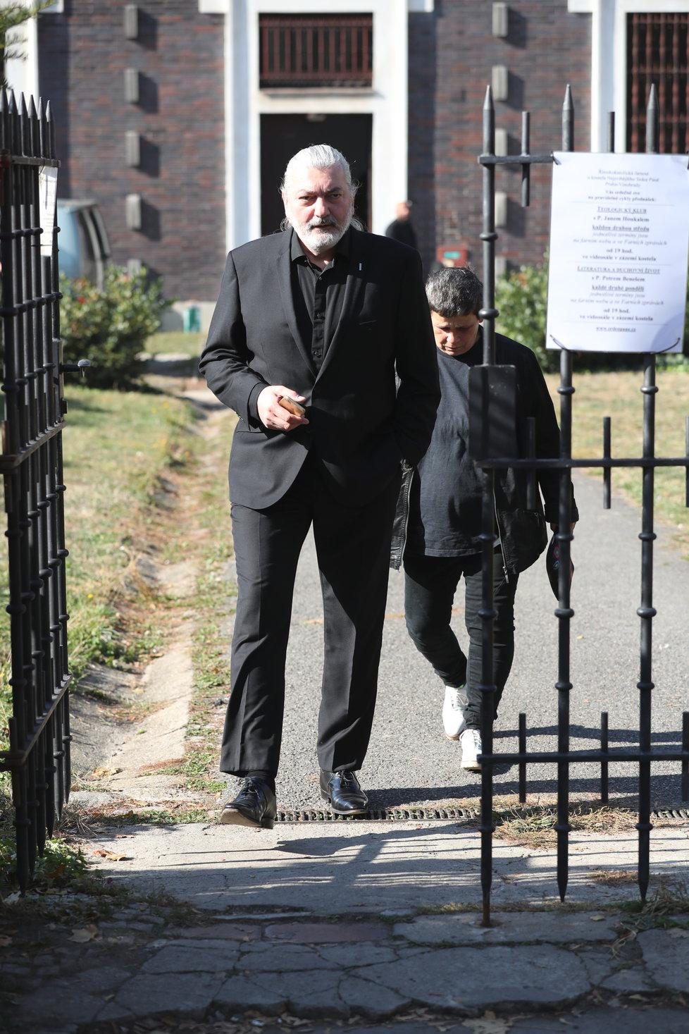 Na pohřeb dorazil i zpěvák Daniel Hůlka.