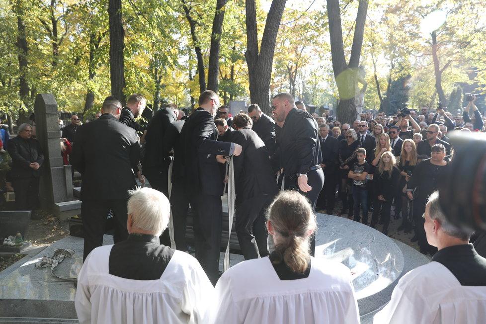 Uložení Jana Kočky ml. (†28) do hrobu na pražských Olšanech.
