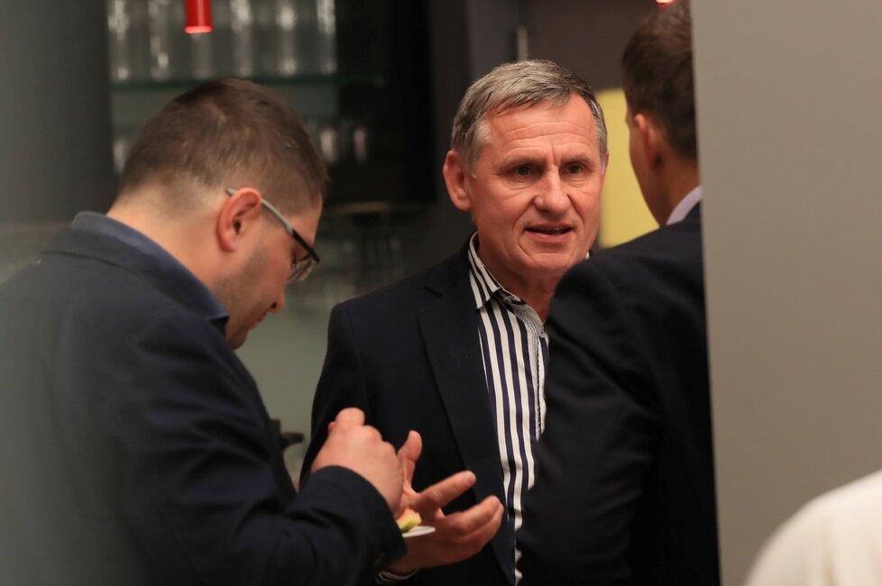 Již v prvním kole zvolený senátor Jiří Čunek sledoval 13. října 2018 v Praze ve volebním štábu KDU-ČSL výsledky druhého kola senátních voleb.