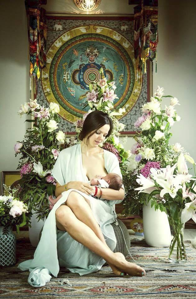 Lilia Khousnoutdinová propaguje kojení. Všude.