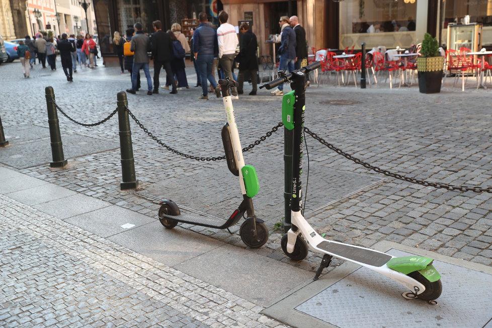 Koloběžky Lime zaplavily Prahu, odstavené jsou všude kolem.