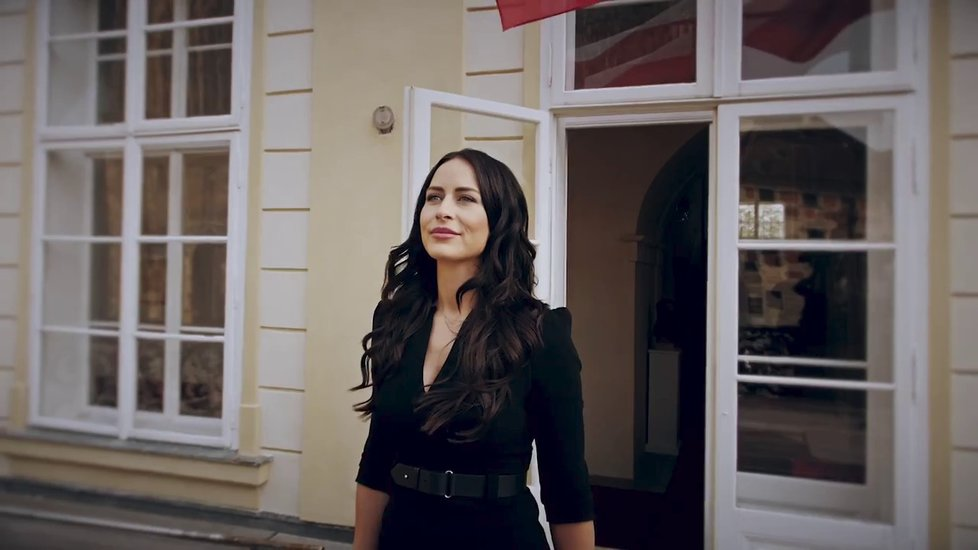 Alex Mynářová provádí diváky nového Youtube kanálu Kanceláře prezidenta republiky
