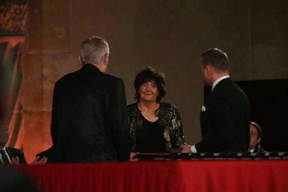 Jana Lorencová přebírá státní vyznamenání