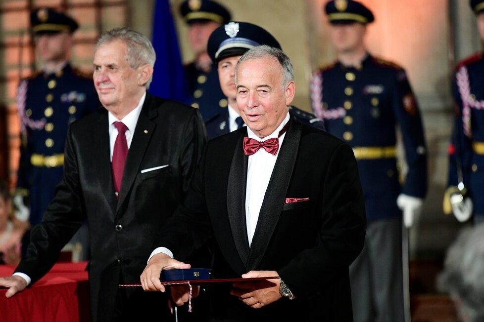 Ivan Vyskočil přebírá státní vyznamenání