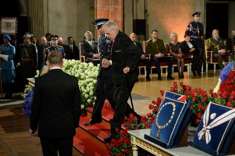 Prezident Miloš Zeman opouští Vladislavský sál Pražského hradu, kde pronesl projev a rozdal státní vyznamenání (28. 10. 2018)