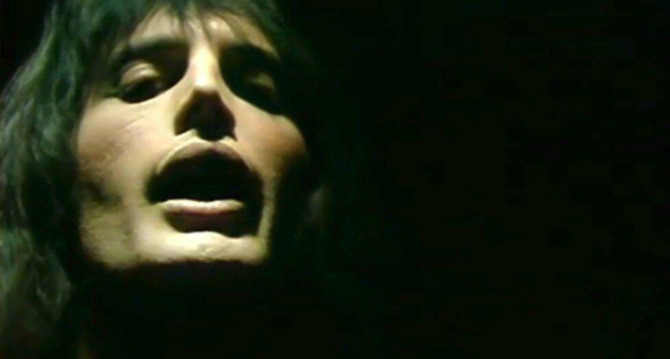 1975 – Freddie Mercury po vydání desky A Night at Opera. Teď běží v Cinema City film o jeho životě.