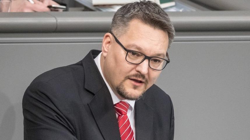 Německý poslanec Stefan Keuter (AfD) posílal svým kontaktům přes mobil obrázky s Adolfem Hitlerem.