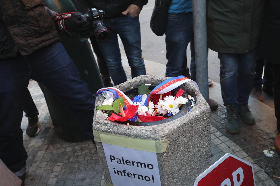 17. listopadu na Národní třídě skončila v koši i kytice od prezidenta Zemana