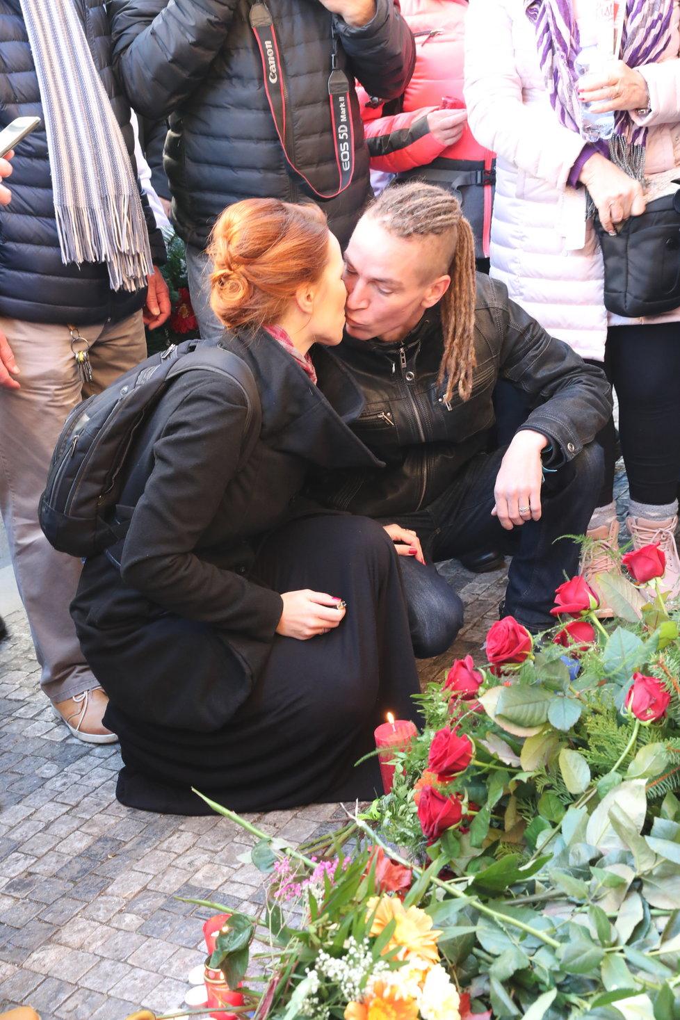 Předseda Pirátů Ivan Bartoš s manželkou Lýdií na oslavách 17. listopadu na Národní třídě
