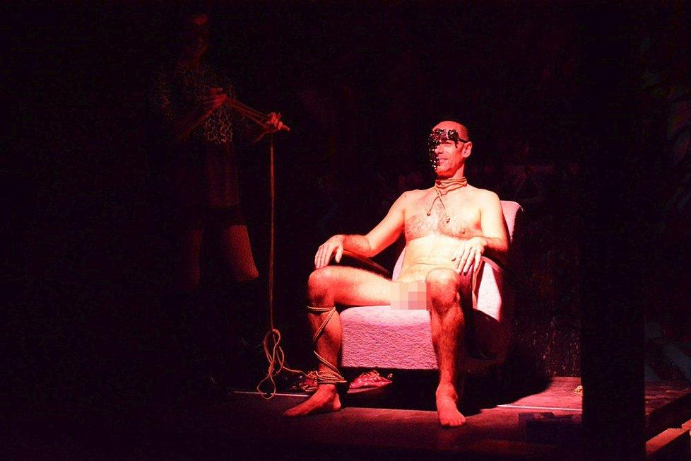 Výstava skutečných nahých mužů rozpaluje návštěvníky obou pohlaví. Doteky jsou u většiny povoleny!