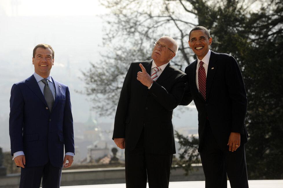 Společné fotografování ruského prezidenta Dmitrije Medveděva, amerického prezidenta Baracka Obamy a českého prezidenta Václava Klause na Pražském hradě.