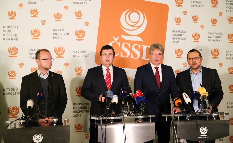 Vedení ČSSD načrtlo cestu k novým volbám. Zleva Martin Netolický, Jan Hamáček, Roman Onderka a Jaroslav Foldyna (21. 11. 2018)