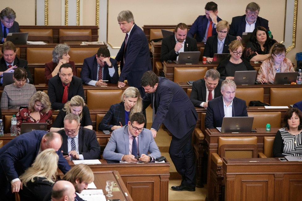 Jan Chvojka (ČSSD, šedé sako uprostřed) a Pavel Kováčik (KSČM) jsou ve sněmovní lavici sousedé