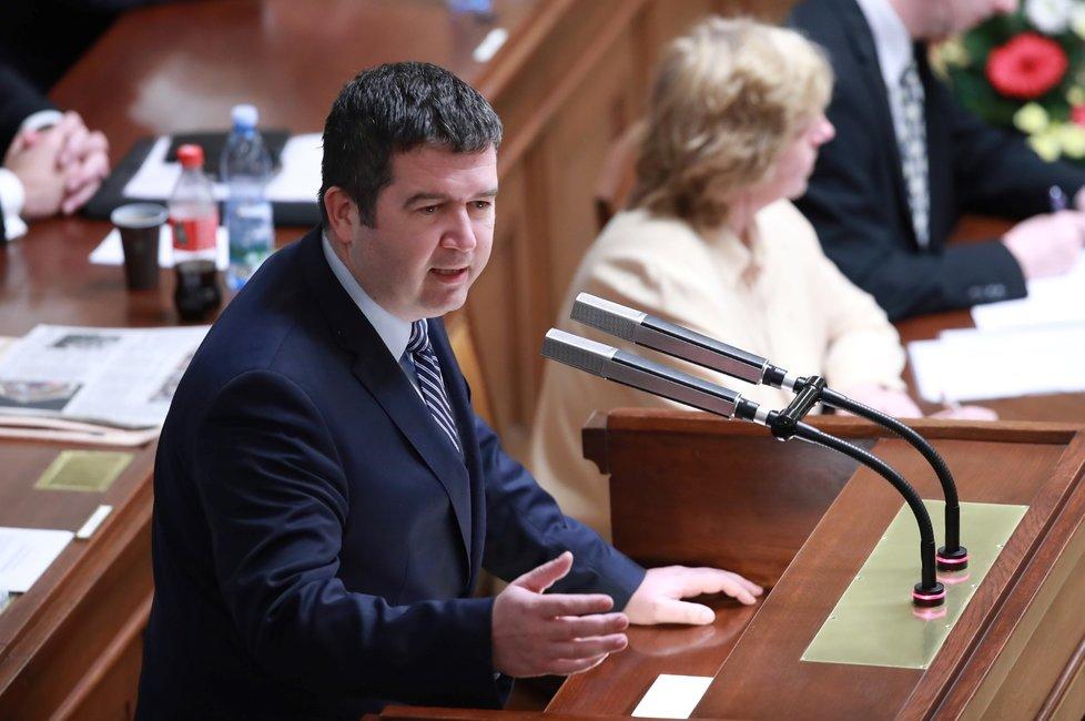 Vicepremiér Jan Hamáček bránil při schůzi postoj ČSSD, která při hlasování o nedůvěře vládě odejde ze sálu.