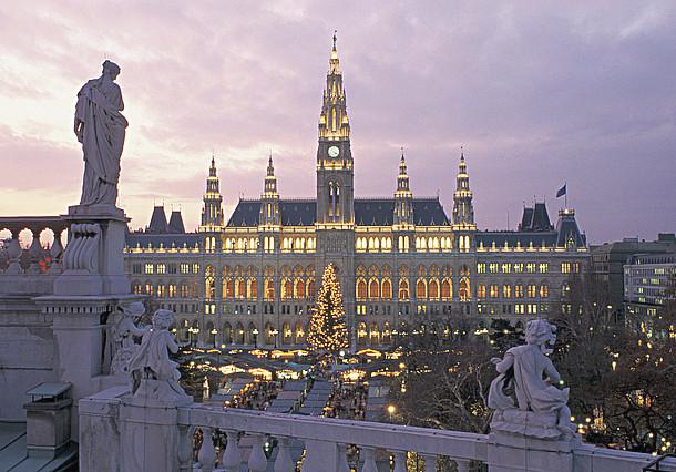 Vídeňský kouzelný adventní trh - Christkindlmarkt na Radničním náměstí
