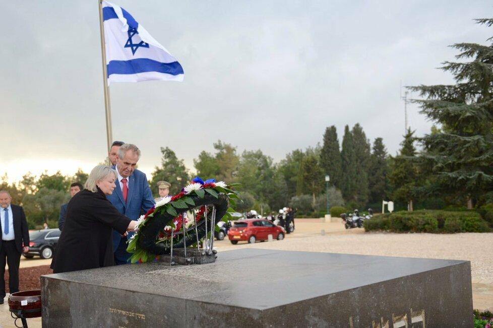 Prezident Miloš Zeman s manželkou Ivanou zahájili státní návštěvu Izraele uctěním památky Theodora Herzla. (25. 11. 2018)