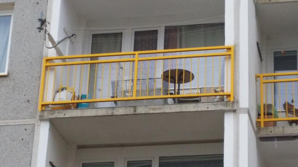 Na balkóně chovatelka skladuje klece na zvířata a krmení. Podle sousedů má u sebe minimálně jednoho psa.