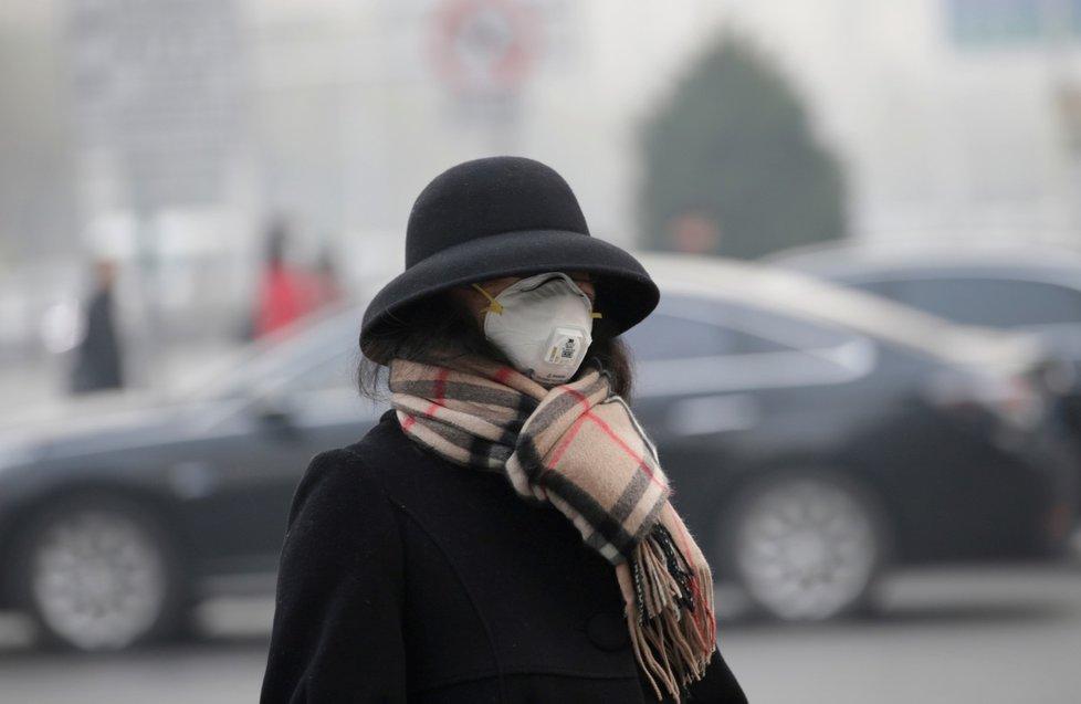 Se smogem pravidelně zápasí i Peking, lidé jsou dokonce nuceni nosit roušky (zima 2018)