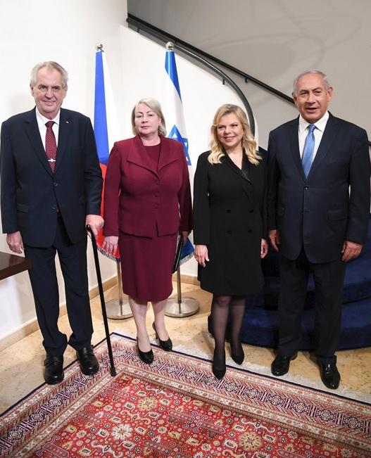 Miloše Zemana a první dámu Ivanu přivítal izraelský premiér Benjamin Netanjahu s manželkou Sarou.