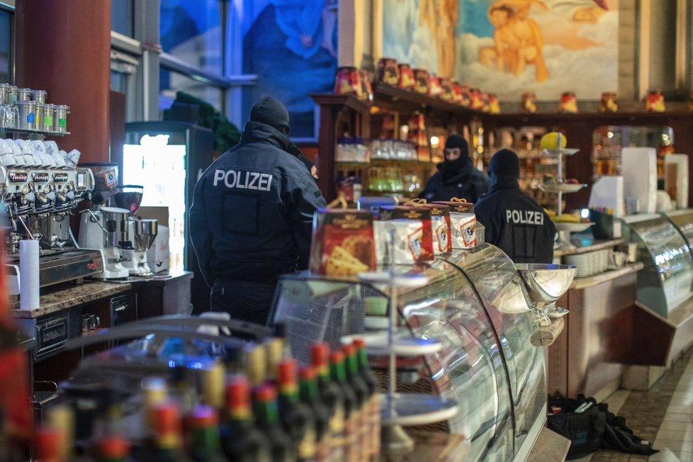 V Itálii, Německu, Belgii a Nizozemsku proběhla obrovská razie proti kalábrijské mafii 'Ndrangheta, která působí i v Česku a na Slovensku. Na snímku zátah na restauraci v německém městě Duisburg, (5.12.2018).
