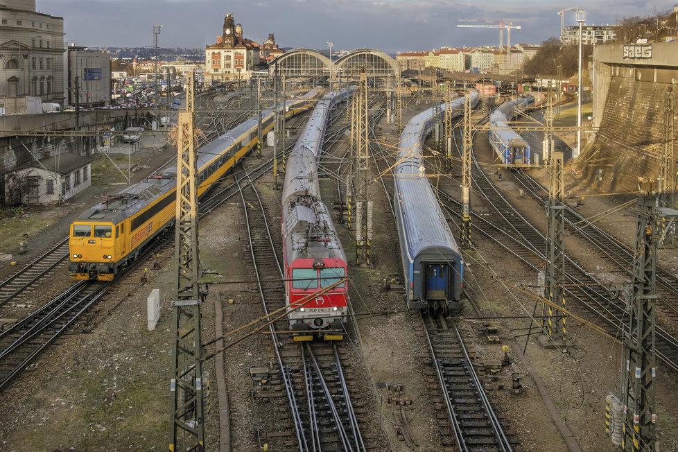 Protože je přece jen železničář, jehož kariéra začínala u vlakové pošty, promítá se do Fikejzlových fotografií i železničářská tematika. Takto například zkomponoval několik svých fotek do jedné. Takto plné Hlavní nádraží jinak za dne ani v noci neuvidíte.
