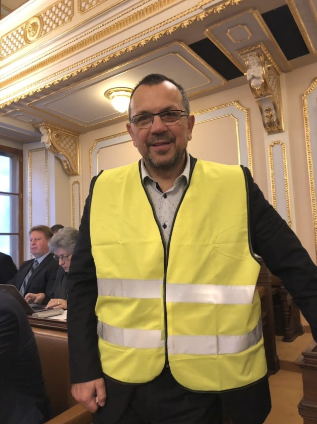 Poslanec ČSSD Jaroslav Foldyna ve žluté vestě dával najevo sympatie s protestujícími ve Francii.
