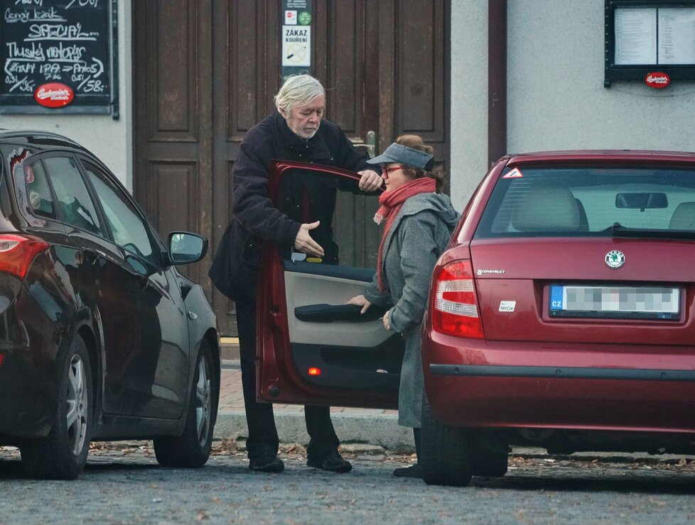 Řídila manželka, které oslavenec galantně pomáhal z auta.