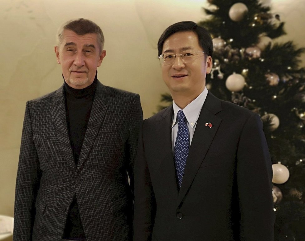 Premiér Babiš vysvětloval situaci kolem čínské techniky, která má ohrožovat bezpečnost Česka, na čínské ambasádě.
